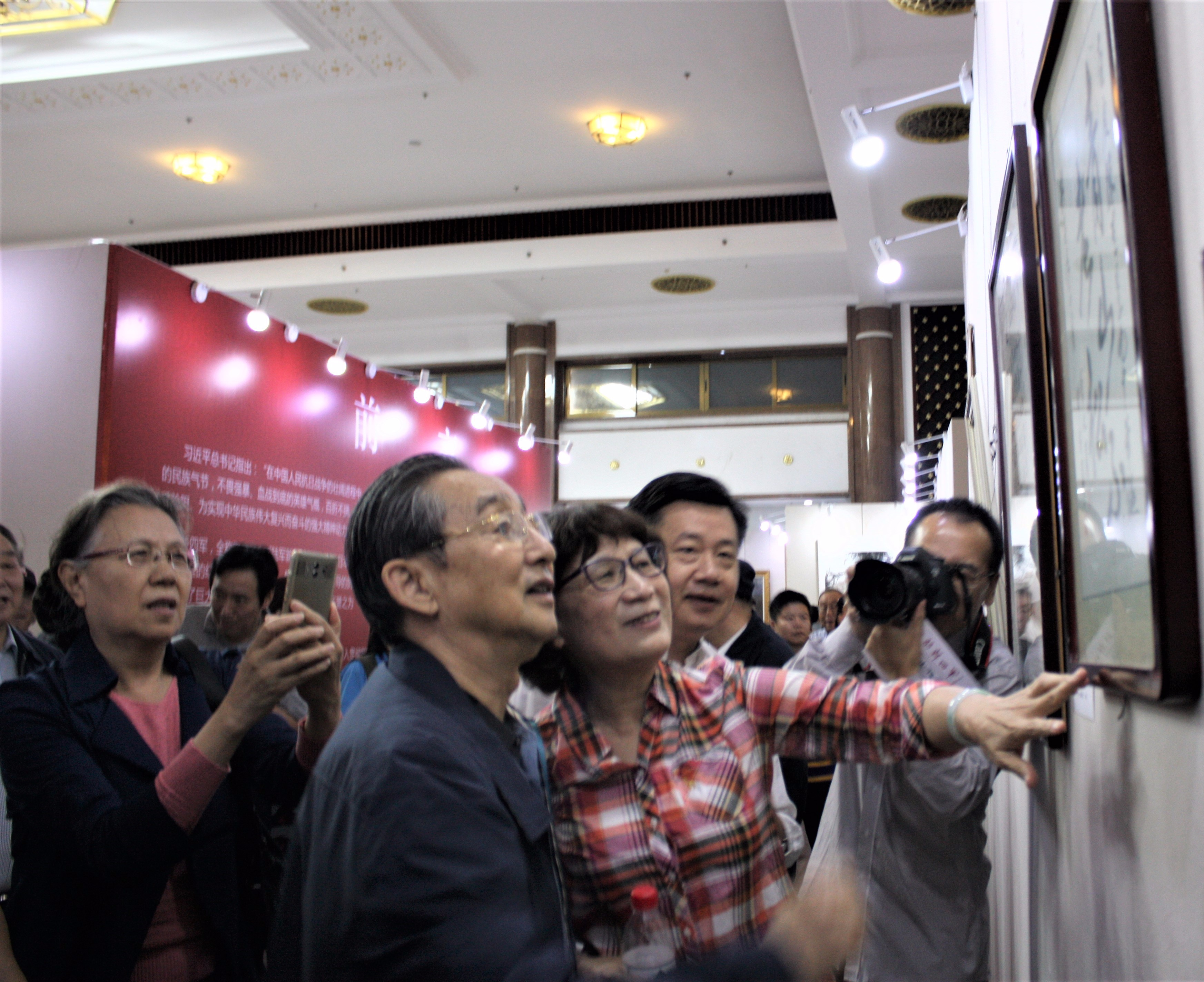 新四军将领彭雪枫之子、原第二炮兵政委彭小枫上将观看展览.JPG
