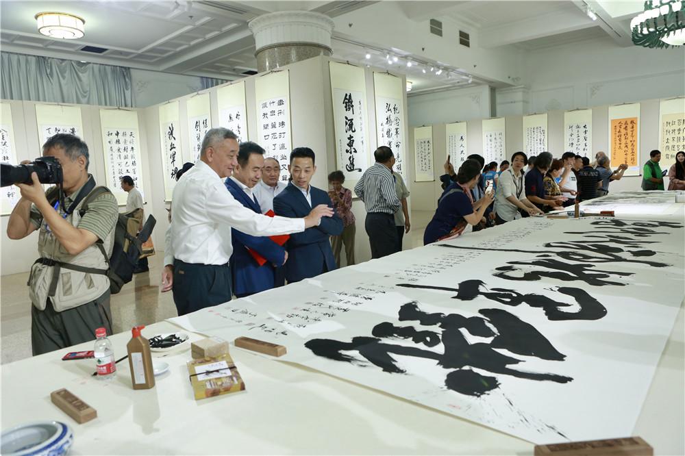 中国文化管理协会书画工作委员会会长郭子良为本次活动创作丈二巨幅书法作品《铁军精神代代传》.jpg
