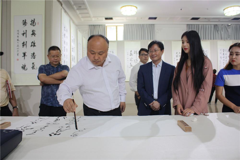 中国文化管理协会书画工作委员会副会长杜庆来笔会现场挥毫.jpg