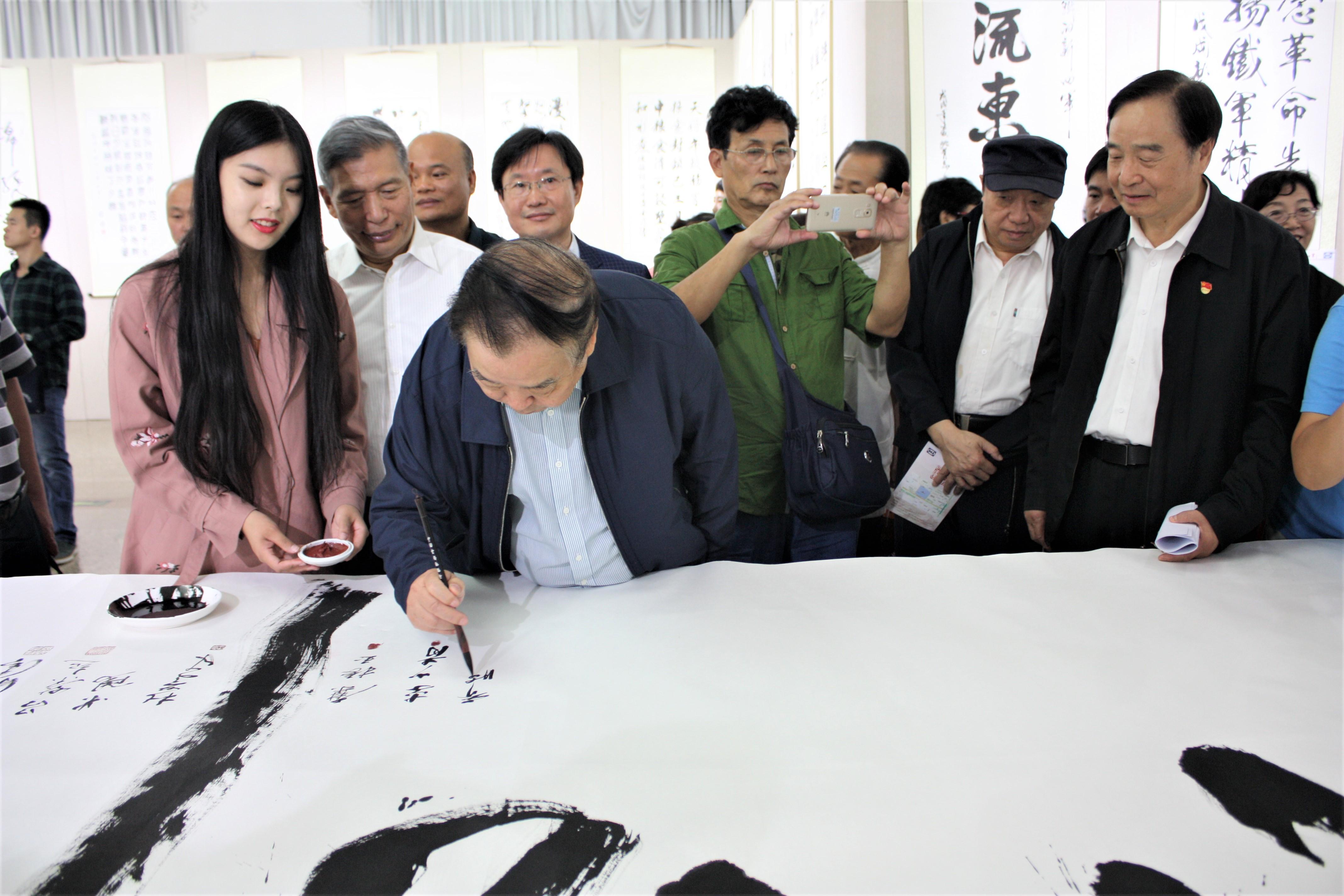 原全国人大常委会法律委员会主任乔晓阳在丈六巨制《铁军精神代代传》书法作品上签名留念.JPG
