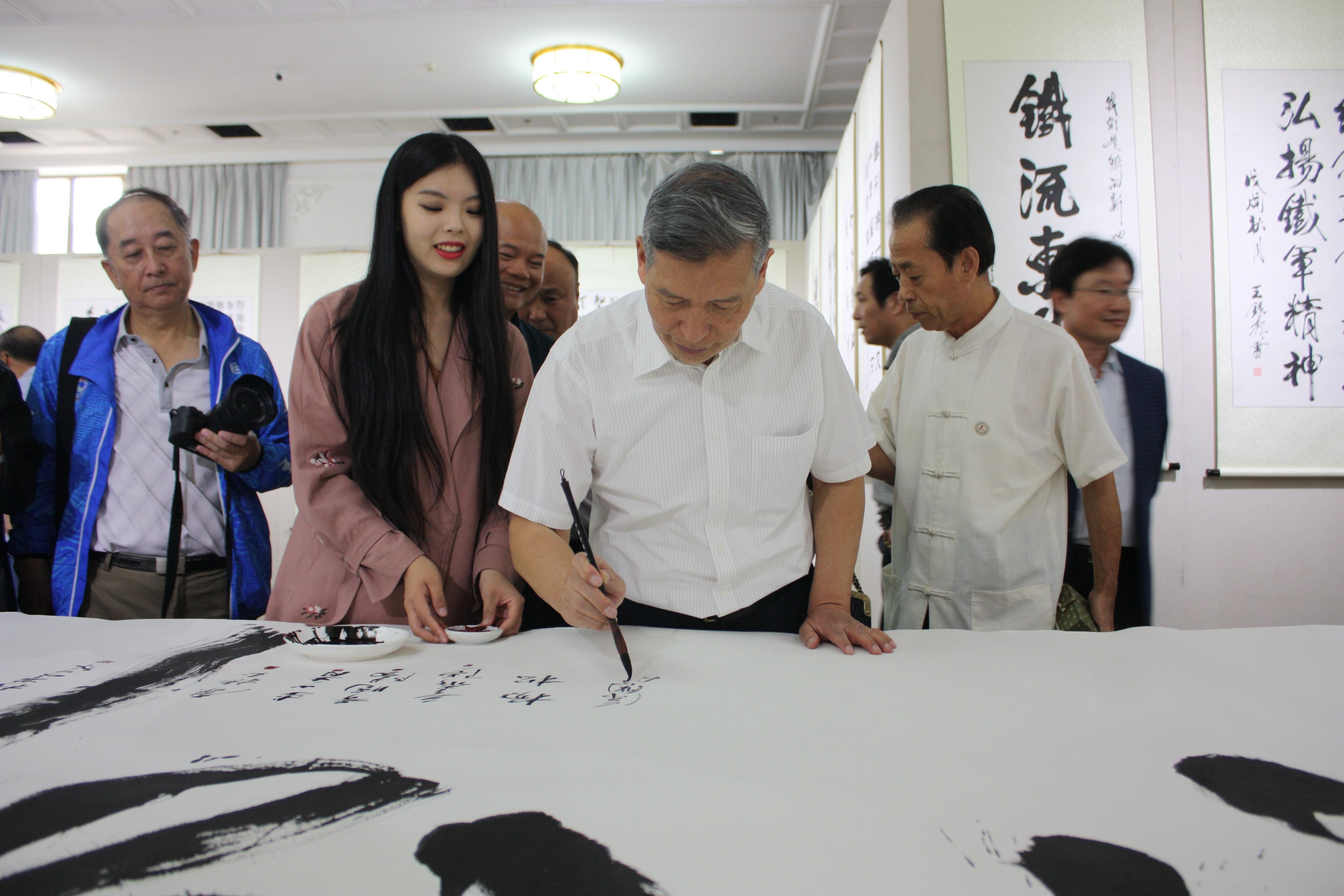 中国文化管理协会副会长徐国宝签名留念.JPG