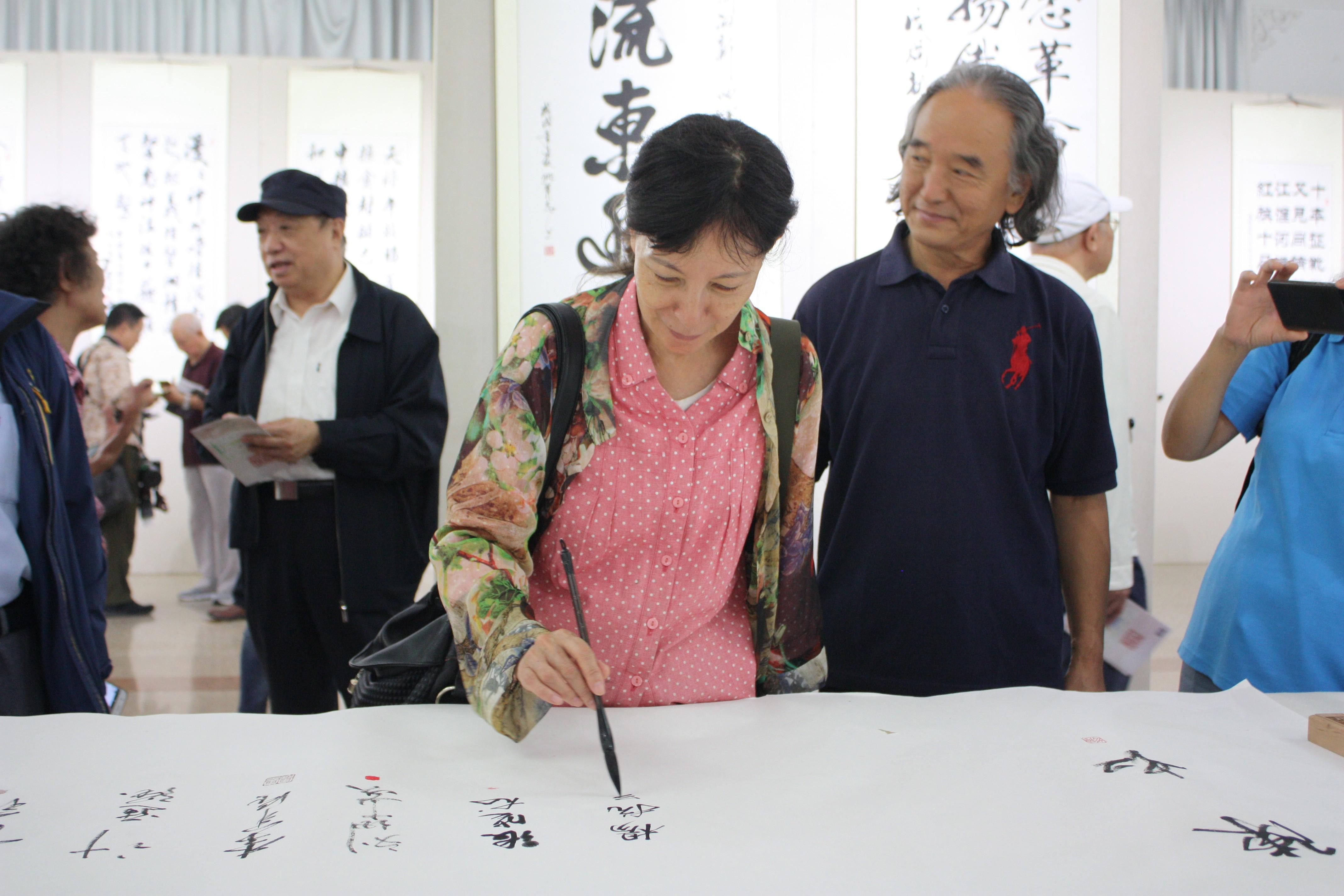 北京新四军研究会副会长兼秘书长杨抗美签名留念.JPG
