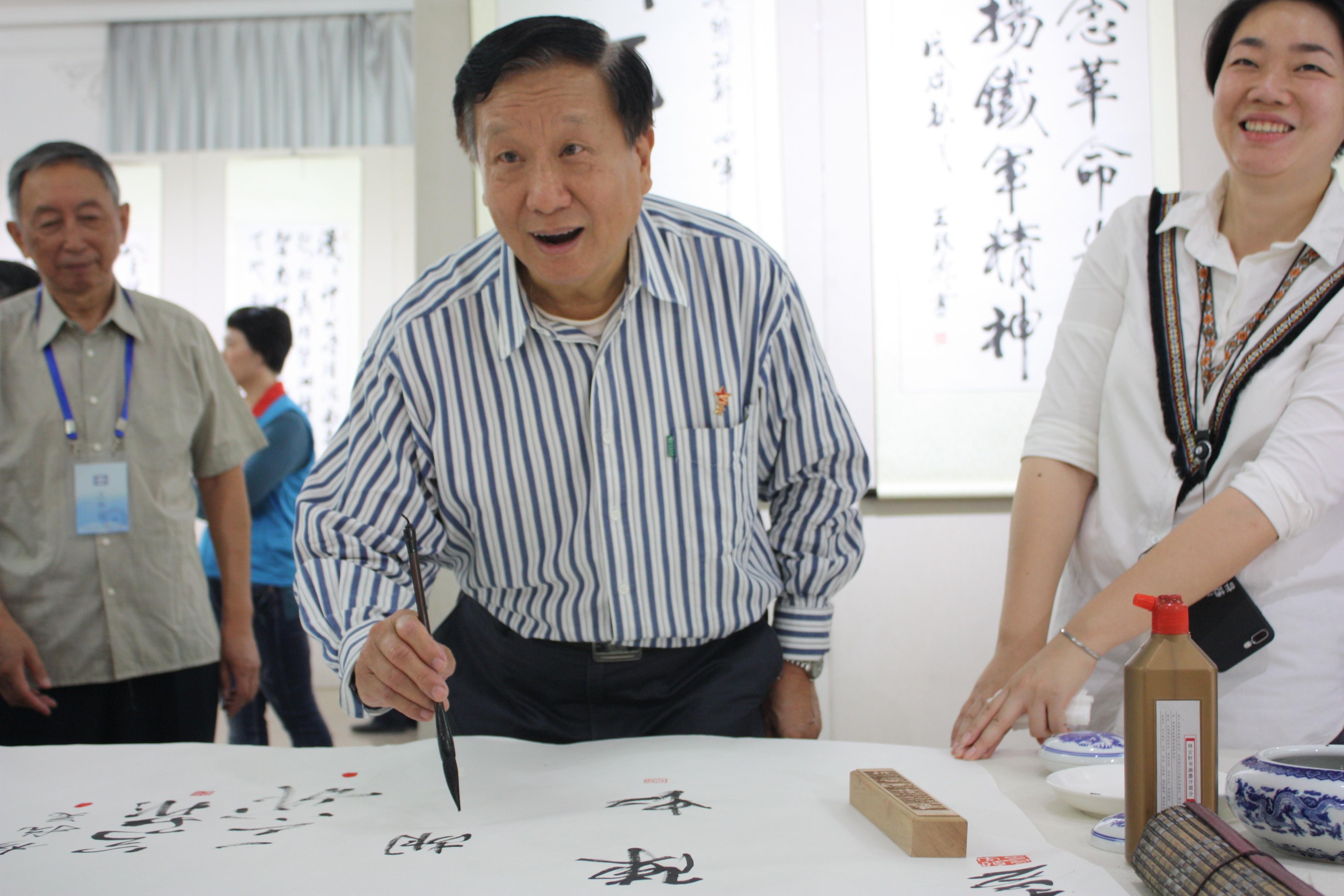 北京新四军研究会副会长兼宣传委员会主任胡继军签名留念.JPG