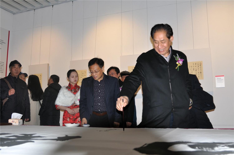 山东省书法家协会原副主席单国防在10米巨幅长卷《万福攸同 幸福威海》上签名留念.jpg