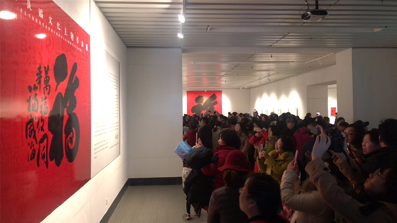 观展人群挤满展厅.jpg