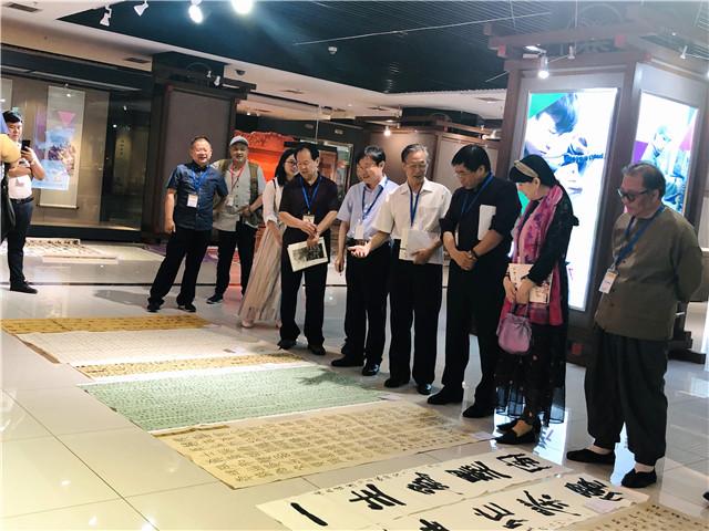 2019日照绿茶文化节书法展评审现场.jpg