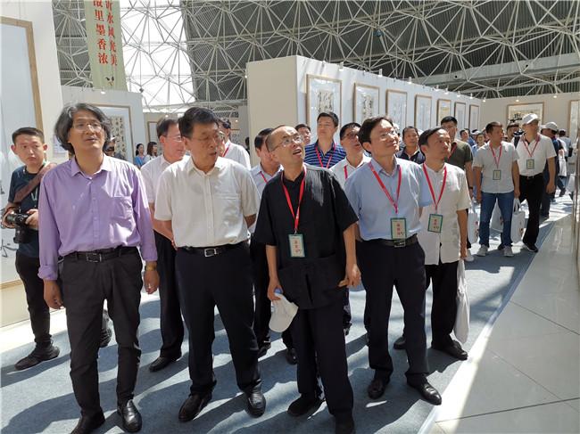 领导嘉宾兴致勃勃的观看展览.jpg